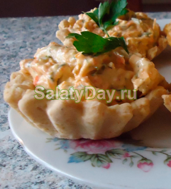 Салат в тарталетках с плавленым сырком и зеленью