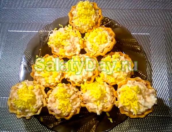Салат в тарталетках с тунцом