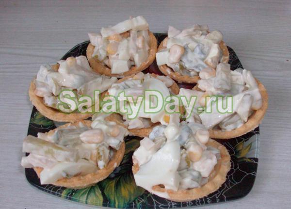 Салат в тарталетках с кальмарами