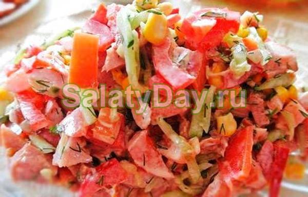 Салат с копченым окорочком и помидорами