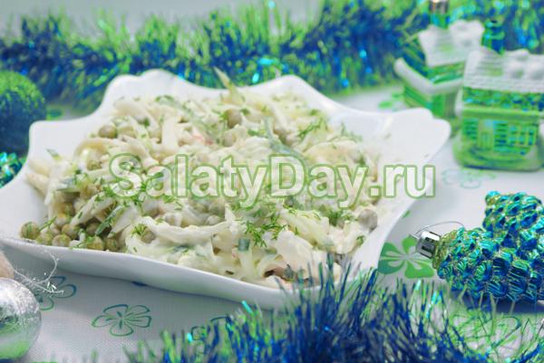 Салат с кальмарами и огурцом, яйцами, горошком