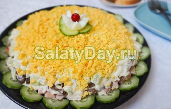 Салат с копченым окорочком и грибами «Коронный»