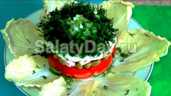 Слоёный салат с копченым окорочком и овощами