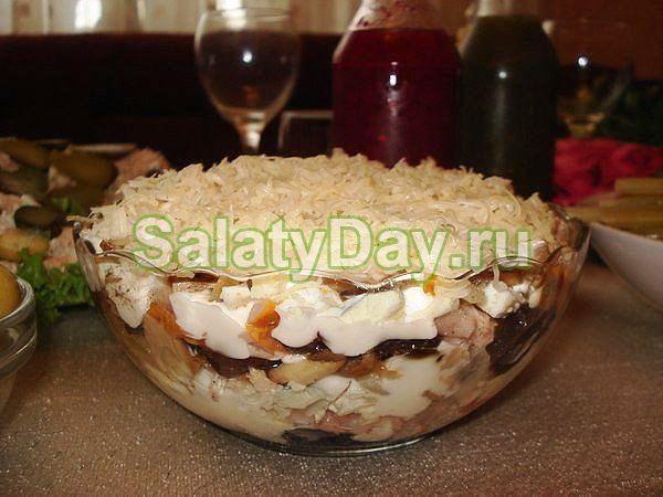 Салат из копченого окорочка с черносливом