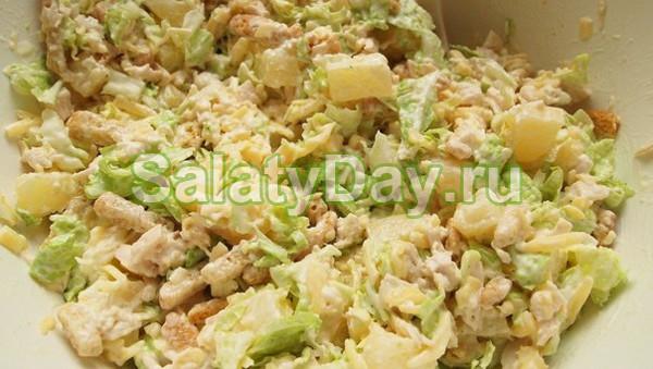 Салат с пекинской капустой и сухариками и курицей рецепт