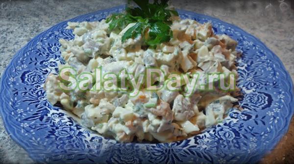 Быстрый салатик из курицы, грибов и майонеза