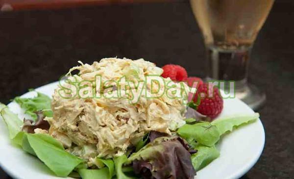 Легкий салат из двух составляющих: сельдерея и курицы