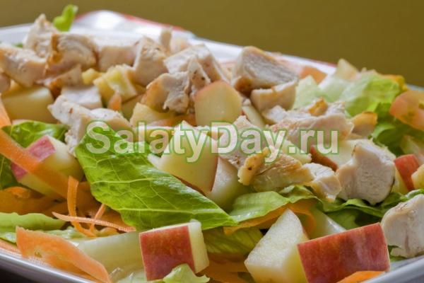 Салат из нежной вареной курицы, яблок и сельдерея
