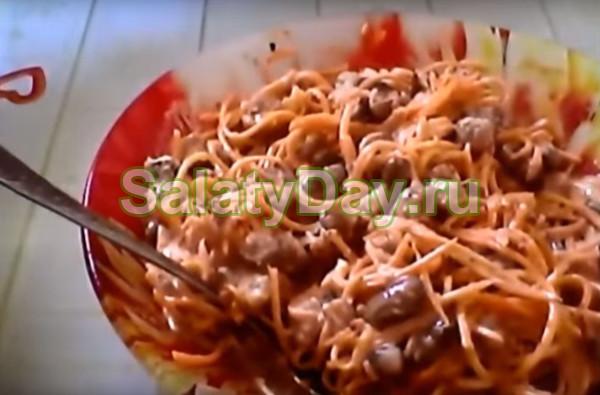 Салат с вареной фасолью и кириешками
