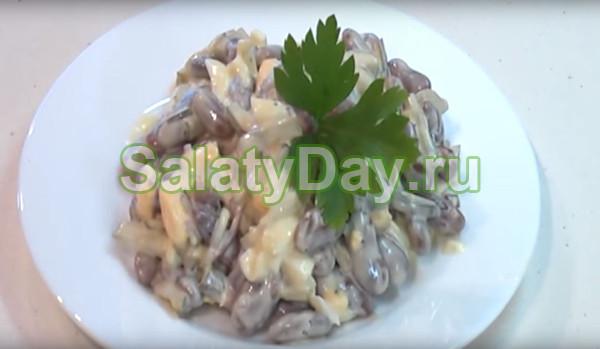 Салат с вареной фасолью и яйцом