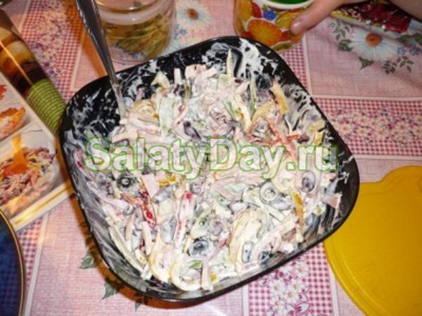 Салат с вареной фасолью и ветчиной