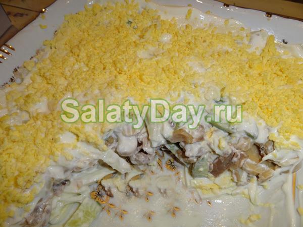 Салат из курицы, шампиньонов и свежих огурцов