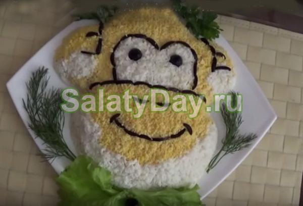 Салат из курицы, ананасов, грибов и сыра