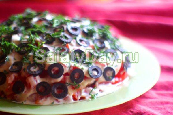 Салат с куриным филе, помидорами, грибами и маслинами