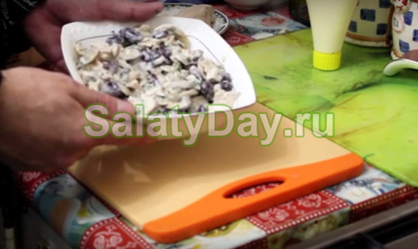 Салат из фасоли, курицы и грибов