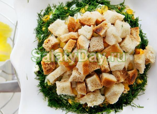 Салат из печени трески с гренками и кукурузой