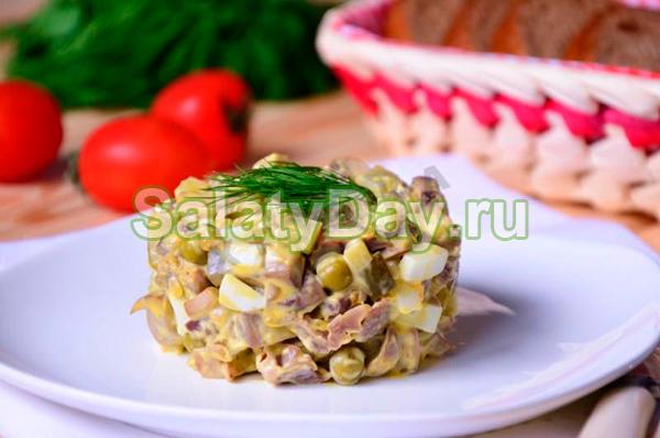 Салат с куриными желудками и жареными грибами