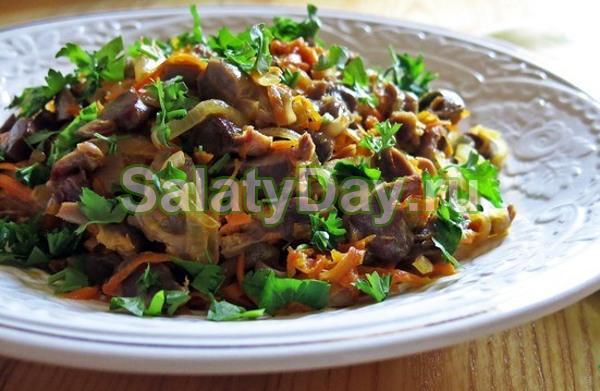 Теплый салат с куриных желудков