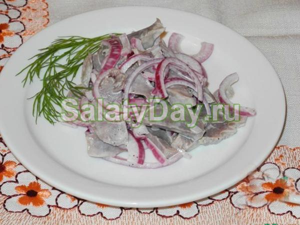 Красный салат из куриных желудков