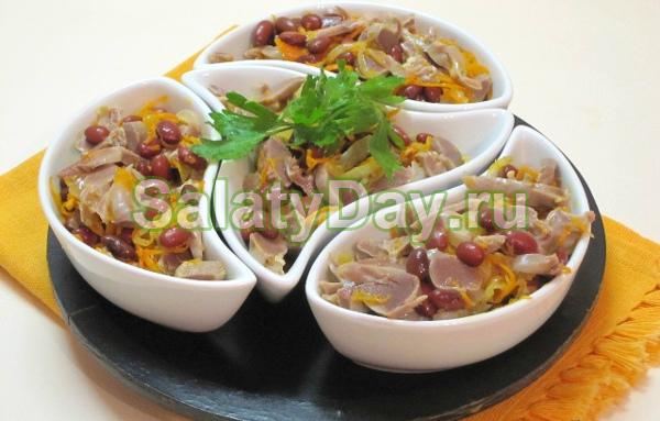 Салат из куриных желудков с фасолью