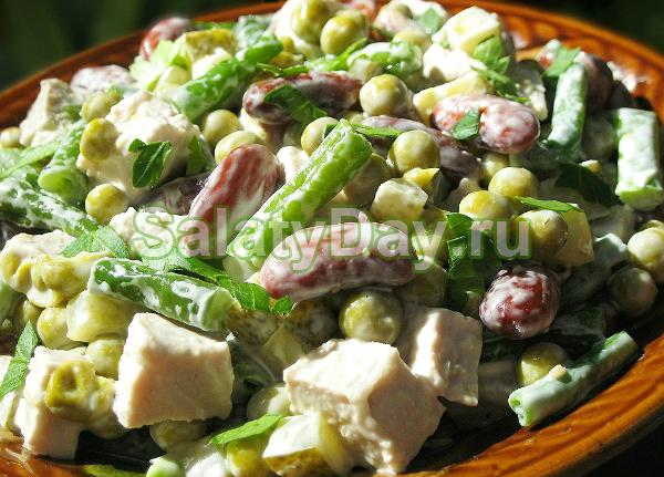 Салат «Осенний» с фасолью и солеными огурцами