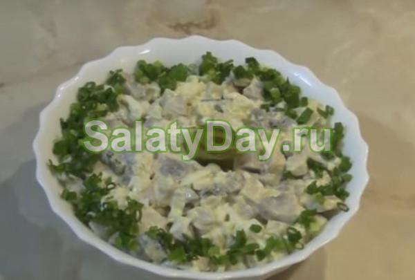 Грибной яичный салат с солеными огурцами