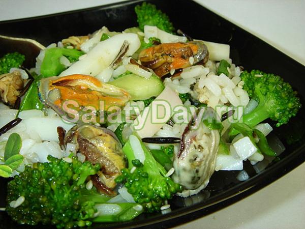 Салат с мидиями, кальмарами и рисом
