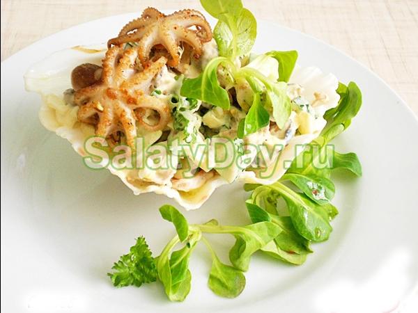 Салат из мидий и кальмаров со свежими огурцами