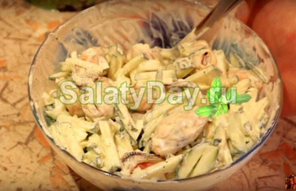 Салат из мидий, кальмаров и огурцов