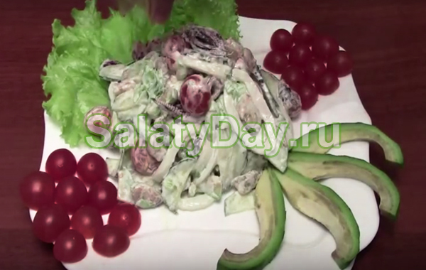 Праздничный салат из мидий и кальмаров с помидорами, авокадо и черри