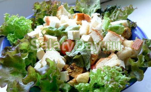 Салат цезарь с курицей и брынзой рецепт