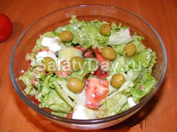 Греческий салат с сыром «Фета» и пекинской капустой