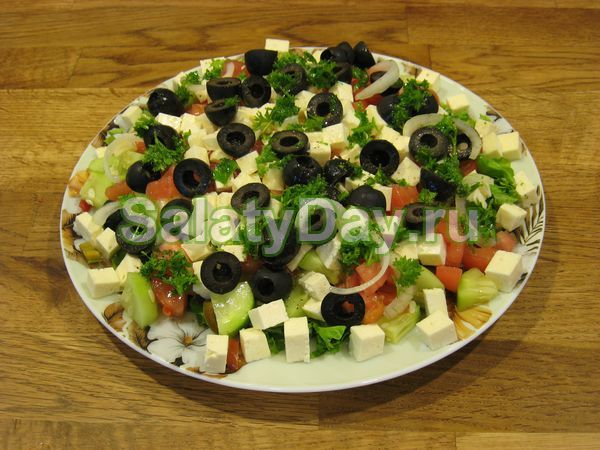 Салат с курицей и сыром «Фета»