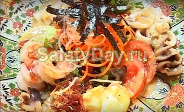 """Фирменный салат """"Сан Тори"""" из рыбы и морепродуктов с овощами"""