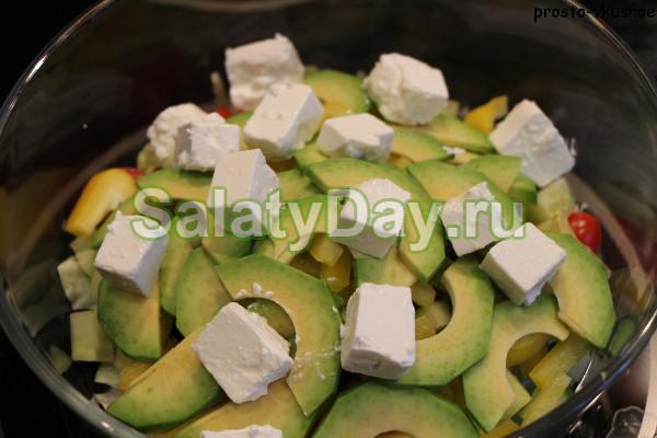 Салат с авокадо, красным луком и сыром «Фета»