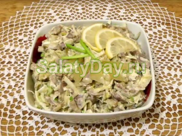 Салат из пупков куриных - с яблоком и маринованными огурцами