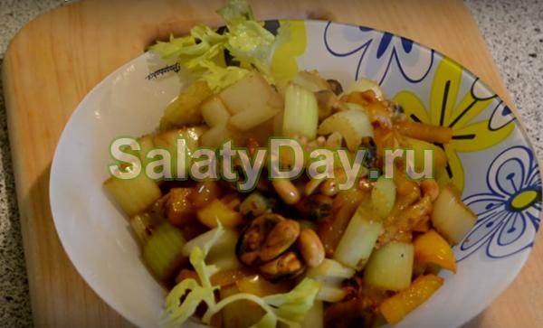 Салат с мидиями, арахисом, чесноком и сельдереем