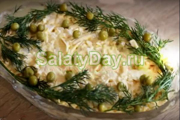 Новогодний салат с консервированными кальмарами и копченым плавленым сыром