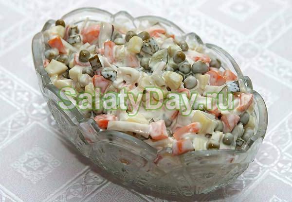 Салат с кальмарами, горошком и морковью