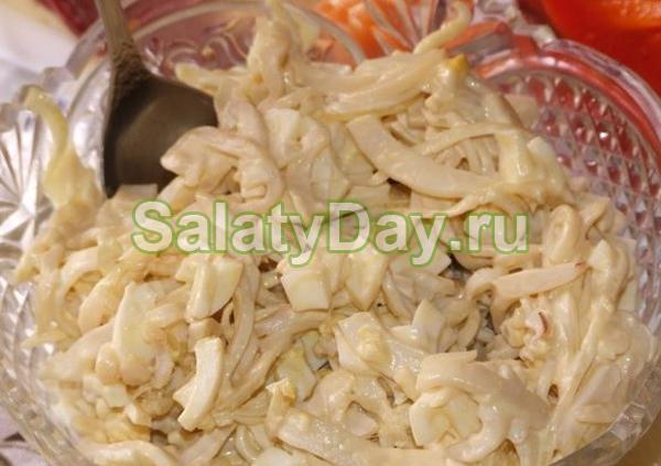 Салат с консервированными кальмарами и сыром