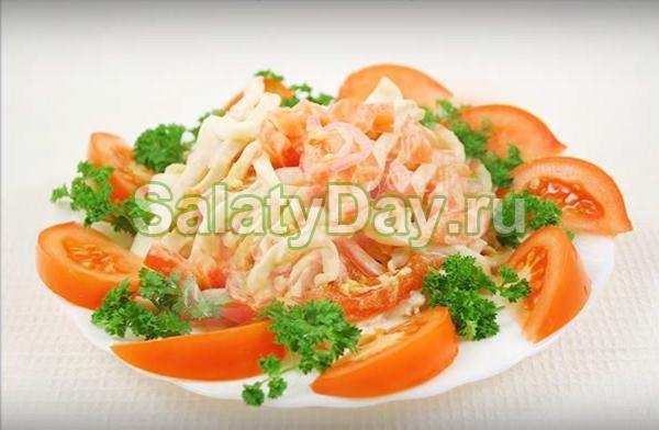 Салат из консервированных кальмаров с помидорами