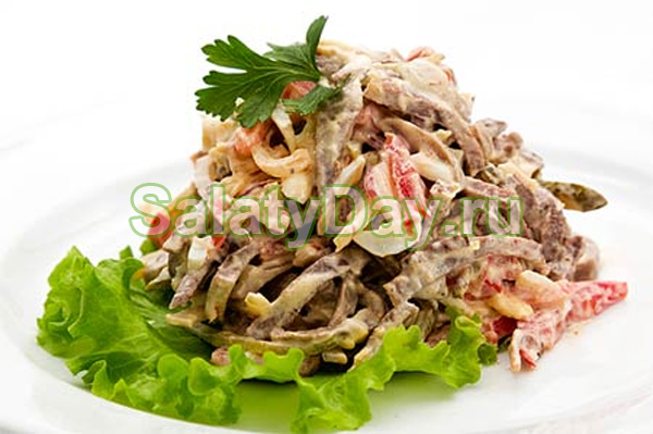 Деликатесный салат из консервированного кальмара, грибов и говяжьего языка