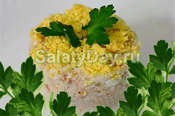Салат из риса с консервированной рыбой