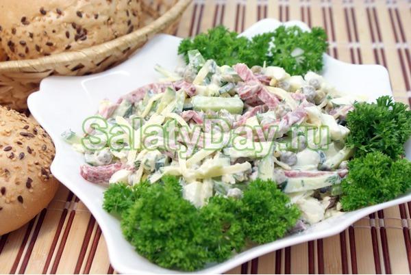 Салат на скорую руку с копченой колбасой