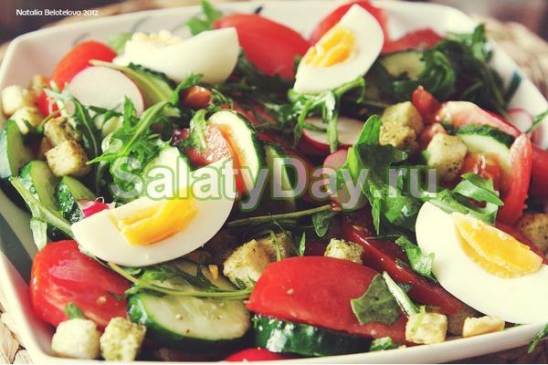 Салат на скорую руку с огурцом, помидором и яйцом