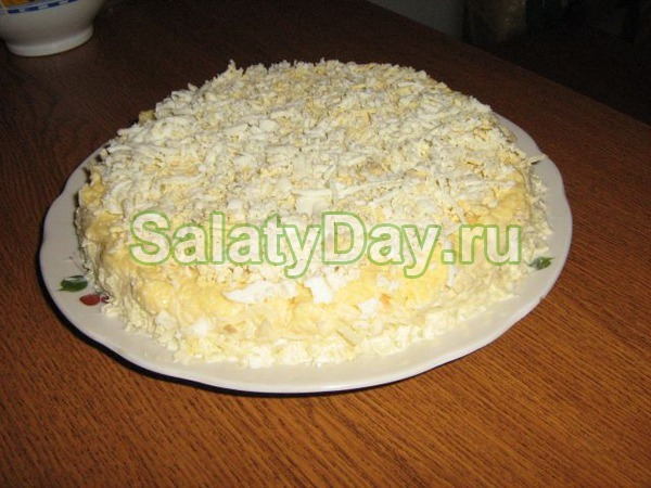 Простой салат с кедровыми орешками