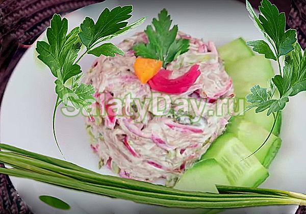 Мясной салат с маринованным луком на Новый год