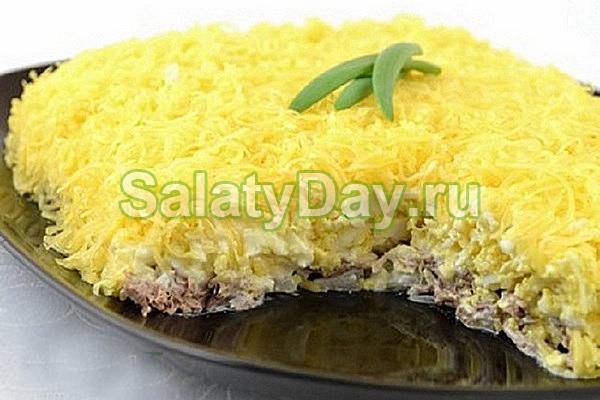 Салат с маринованным луком и говядиной