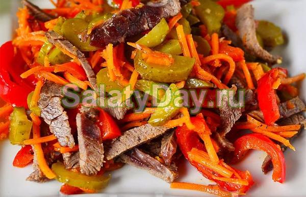 Салат с говядиной, маринованным луком и корейской морковью