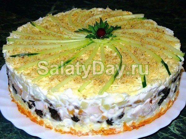 Салат с черносливом копченой курицей и шампиньонами